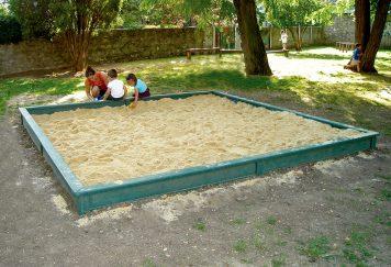 Bac à sable avec une margelle avec la bordure 9121