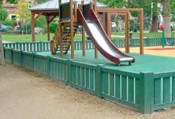 Clôture AJ60 autour d'un espace de jeux pour enfants, coloris vert