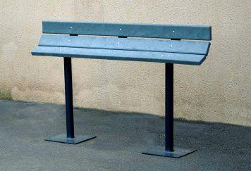 Assis-debout en plastique recyclé et structure en acier gris anthracite