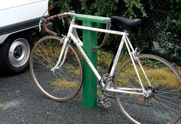 Borne de fixation de vélos en plastique recyclé vert, éléments métalliques en inox