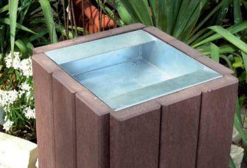 Cendrier en plastique recyclé CEND3, Marque Plas Eco, coloris Marron, structure en acier galvanisé, mobilier urbain de propreté