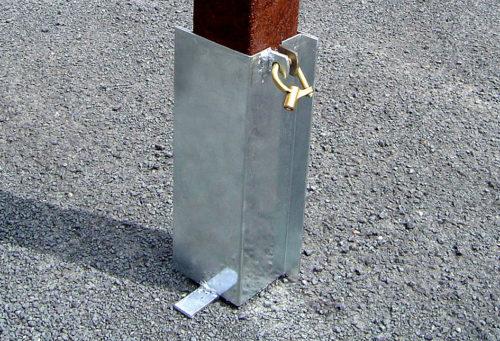 Exemple de scellement d'une borne de protection avec un fourreau en acier, verrouillage par cadenas