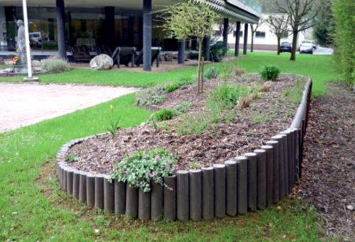 Aménagement paysage avec une retenue de terre en rondins en plastique recyclé marron