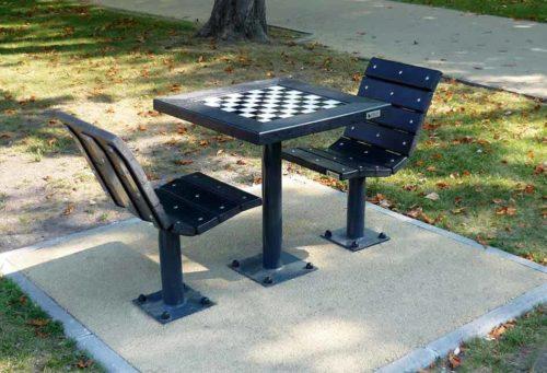 Table de jeu d'échec et 2 fauteuils en plastique recyclé noir, structure en acier