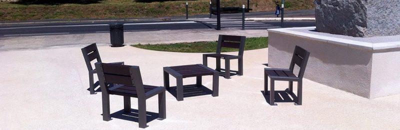 Fauteuil et table basse de la gamme de mobilier urbain Harmonie implantés en centre-ville
