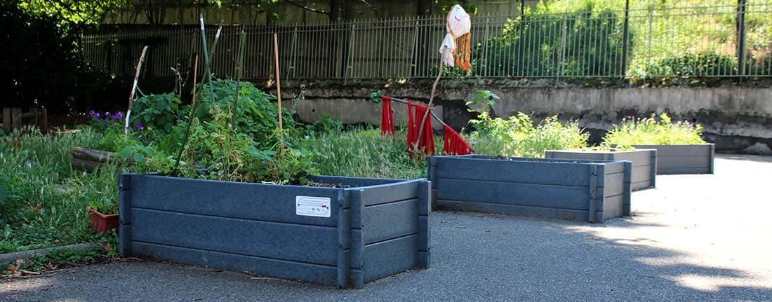 Exemple d'aménagement d'une cour d'école avec des jardinets rectangulaires Ubicuity