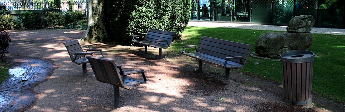 Intégration de bancs urbains et de fauteuils Plas Eco en plastique recyclé dans le jardin de ville à Vienne